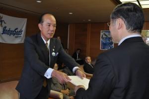 飯泉知事に要請書を手渡すJA徳島中央会の中西会長㊧(28日、徳島市で)