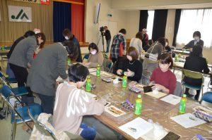 巻き寿司の巻き方を体験する女性ら(JA名西郡)