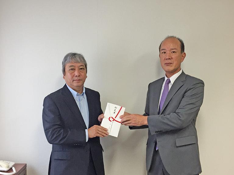 義援金を寄附するJA徳島中央会の中西庄次郎会長