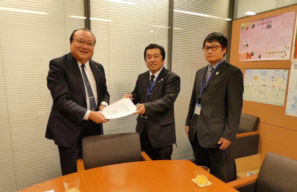 福山議員(左)に要請書を手渡す枝川会長(中)