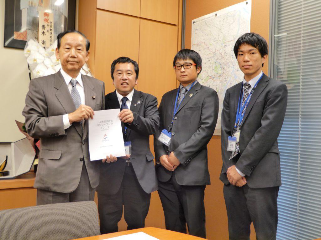 山口俊一議員(左)とJA徳島県青協役員と事務局